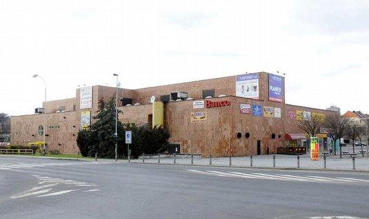 Obchodní dům Uran, nyní Banco. Autorem neofunkcionalistní stavby vybudované v letech 1980-84 je architekt Emil Přikryl z libereckého atelieru SIAL. Současný majitel chce Uran zbourat.