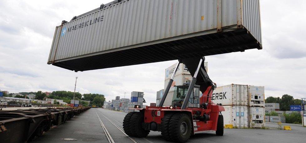 """Kontejnery na kamiony nebo vlaky nakládá vozítko zvané """"Kalmár""""."""