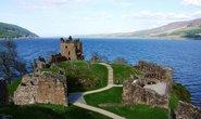 Hrad Urquhart na břehu jezera Loch Ness, ilustrační foto