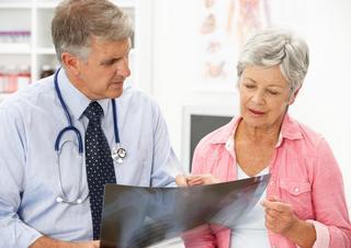 praktik, lékař, seniorka, pacientka