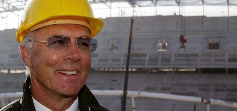 Franz Beckenbauer při obhlídce stavby stadionu pro MS 2006 (Zdroj: čtk)