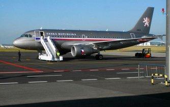 Airbus A-319 vládní letky na ploše letiště v Praze-Ruzyni.