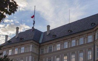 Ztohoven na Pražském hradě vyvěsil rudé trenýrky