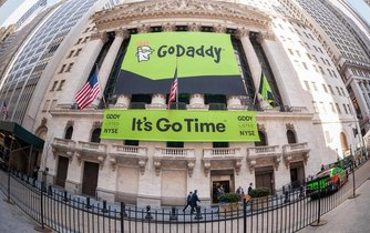 Burza v New Yorku ověnčená reklamou na Go Daddy v den, kdy společnost vstoupila na trh cenných papírů.