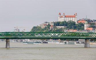 Panorama Bratislavy, v popředí bratislavský Starý most
