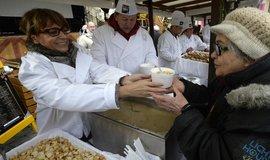 Pražská primátorka Adriana Krnáčová vydávala 24. prosince na Staroměstském náměstí v Praze štědrodenní rybí polévku.