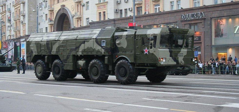 Nosič raket Iskander během vojenské přehlídky v ulicích Moskvy
