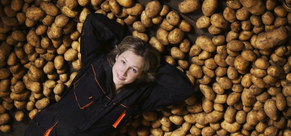 DOROSTENKA. Ostřílení bramboráři se nejdřív dívali na začánající mladici jak na zjevení, nakonec si je ale získala svým upřímným elánem.