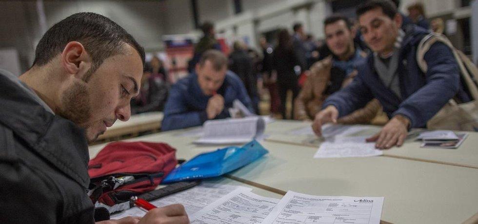 nezaměstnaný uprchlík vyplňuje v Německu pracovní formulář