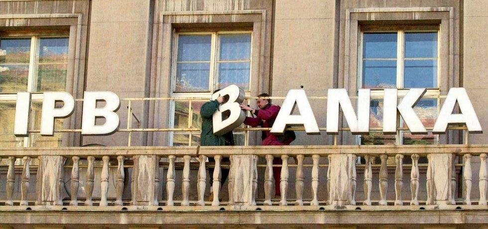 """2001. Definitivní konec. Demontáží označení centrály bývalé Investiční a poštovní banky v Praze byly 14. února zahájeny přípravy na označování pracovišť ČSOB novou grafikou. Začaly se tak naplňovat požadavky zákona, protože IPB již neměla opravnění působit jako banka. Pád """"lva ve světě financí"""", jak se přezdívalo někdejší IPB, tvrdě poznamenal ekonomiku. Banka se z nucené správy v červnu 2000 dostala do rukou ČSOB téměř zdarma, navíc se státními zárukami na krytí nekvalitních úvěrů do výše 180 miliard. Převzetí provázela řada sporů, některé trvají dodnes. Exministr financí Miroslav Kalousek odhadl náklady na pád IPB na 155 miliard korun. IPB byla v devadesátých letech největším financiérem  podniků, její role přispěla k výrazné změně charakteru a vlastnictví podnikání v Česku, skrze její peníze proběhla řada privatizací. Mnohé firmy skončily přímo ve vlastnictví IPB, která většinu převedla na Kajmanské ostrovy – například sklárny a porcelánky, Setuza, Tchecomalt Group... Stát nakonec prohrál i arbitráž s japonským spolumajitelem IPB Nomurou a zaplatil jí 3,65 miliardy korun."""