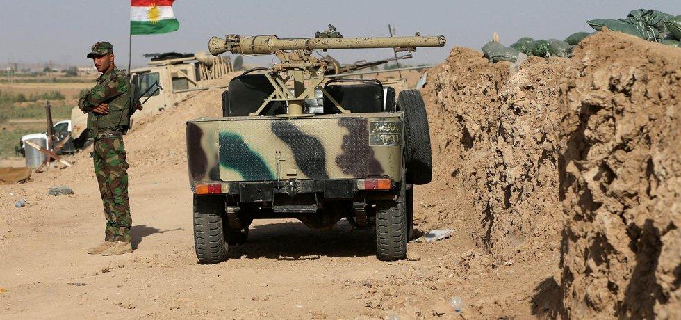 Příslušník kurdských jednotek pešmerga hlídkuje u hranic kurdských oprovincií na severu Iráku