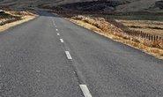 Britský paradox: Odstranili bílé čáry ze silnic, klesl tím počet nehod i rychlost