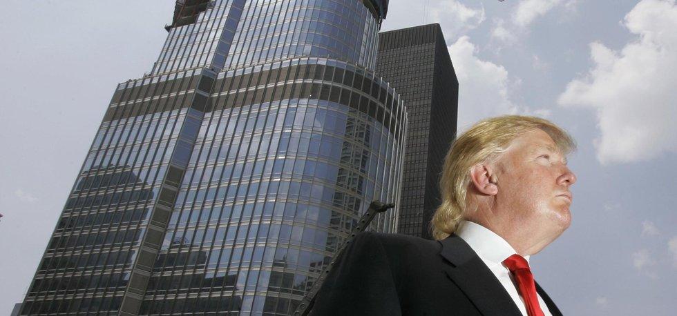 Miliardář a jeho vize. Donald Trump stojí před rozestavěným Trump International Hotel & Tower v Chicagu.