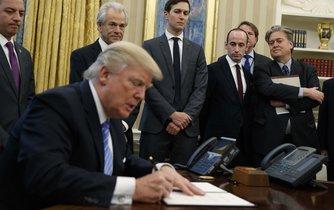 Donald Trump se věnuje svému úřadu v Oválné pracovně Bílého domu.