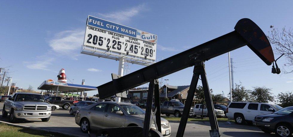 Fronta na levný benzin v Americe