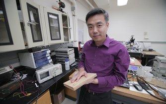"""Xudong Wang, šéf skupiny vědců, kteří vymysleli """"elektropodlahu""""."""