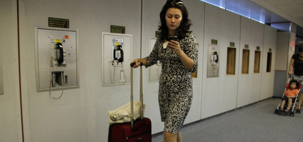 """Fotografie """"Business Traveller, and airport phones""""  licencovaná pod CC BY 2.0"""