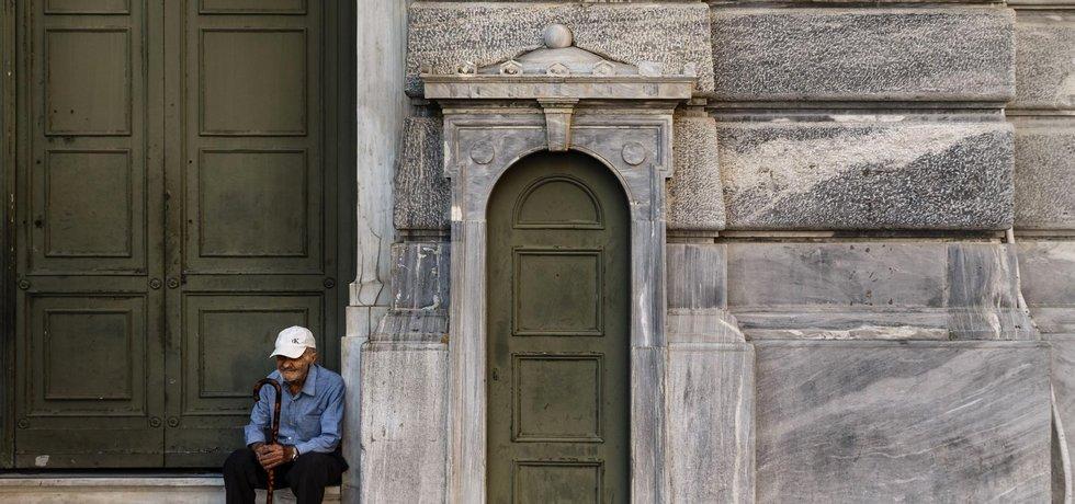 Starší muž před řeckou centrální bankou