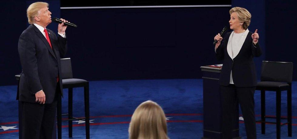 Hillary Clintonová a Donald Trump při druhé televizní debatě