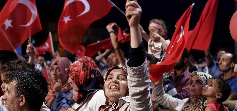 Příznivci tureckého prezidenta Erdogana na protestní akci proti pučistům