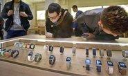 Zákazníci si prohlížejí hodinky Apple Watch