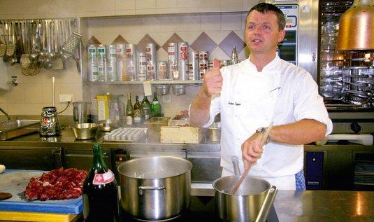 Mistrovský kousek. Stefan Egger na kuchařském kurzu předvádí, jak připravit jednu ze svých specialit − srnčí hřbet v hrušce