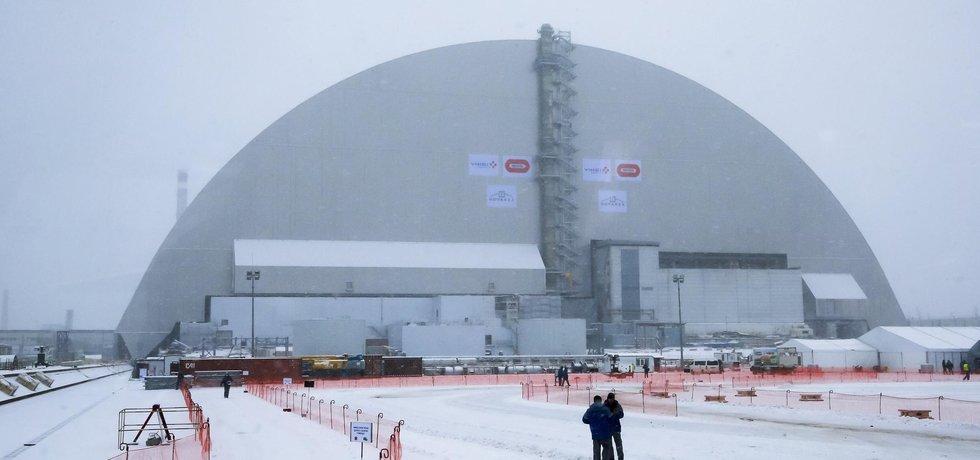Dělníci dohlíží na nový kryt, který by měl okolí bývalé černobylské elektrárny ochránit před unikající radiací.
