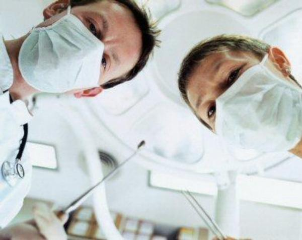 lékaři, chirurgové