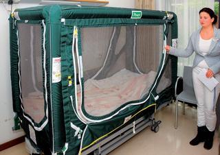 Klecové síťové lůžko používané v současné době v psychiatrické nemocnici v nizozemském Haagu.