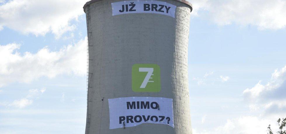 Aktivisté vyvěsili na elektrárnu Chvaletice druhou část transparentu