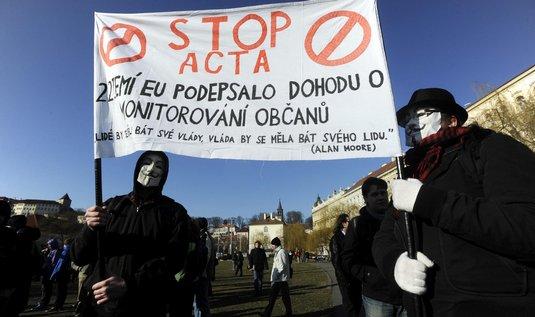 Demonstranti nechtějí, aby smlouvu ratifikoval parlament