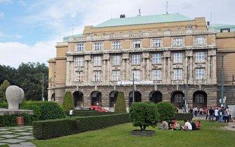 Budova filozofické fakulty na náměstí J. Palacha v Praze