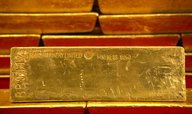 Cena zlata se propadla na čtyřleté minimum, klesá i stříbro