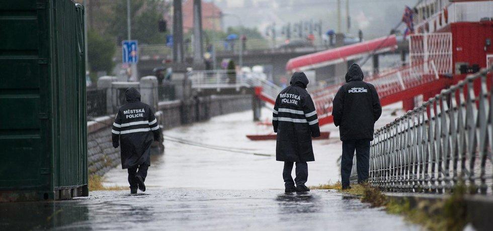 Strážníci hlídají přístup k vodě