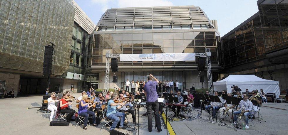 Národní divadlo se zúčastní dražby restaurační budovy divadla, kterou vlastní společnost Themos. O dražbě dlouhodobě nevyužívané budovy (na archivním snímku uprostřed) rozhodl insolvenční správce.