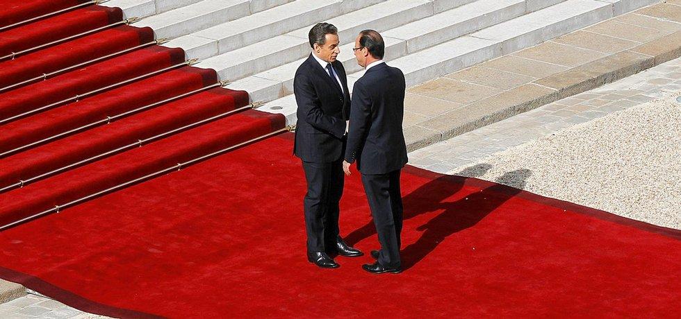 Nicolas Sarkozy (vlevo) oficiálně vítá svého nástupce Françoise Hollanda v Elysejském paláci. Za tři roky se totéž může opakovat v obráceném gardu