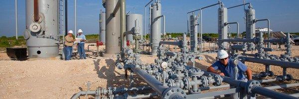 Přebytek ropy zůstane po celý letošní rok, omezování těžby vázne