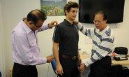 Mistr Sandy se svým vrchním střihačem Liu berou míry zákazníkovi