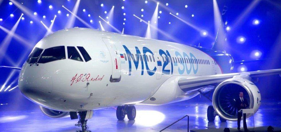 Irkut MC-21. Na pódiu vpravo dole hovoří ruský ministerský předseda Dmitrij Medveděv.