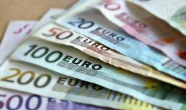 Úkryty v troubě i pračce. Evropané hromadí eura v hotovosti, nevěří bankám