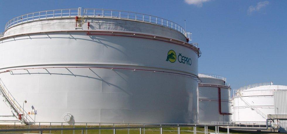 Skladovací nádrže pohonných hmot společnosti Čepro, ilustrační foto