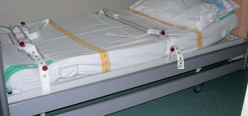Příjmový pokoj s připravenými magnetickými kurty v lůžku