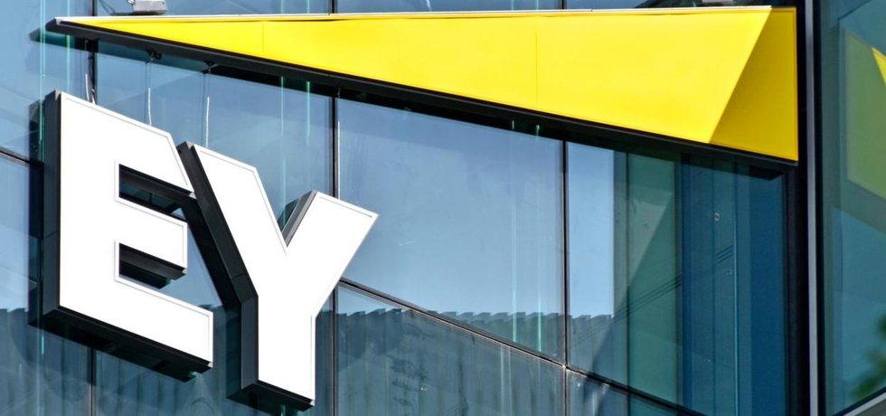 Logo společnosti  Ernst & Young na budově jejích kanceláří v Londýně