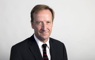 Šéf MI6 Alex Younger