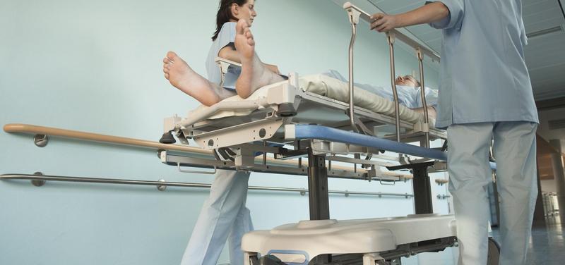 *lékařky, sestry, nemocnice, chodba, pacient