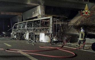 Autobus s maďarskými školáky havaroval u italské Verony. Nehoda si vyžádala 16 životů.