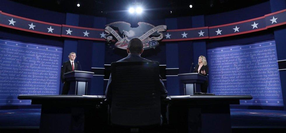 Prezidentská debata nanečisto. Na místech figurantů již brzy zasednou soupeři o post prezidenta USA, Hillary Clintonová a Donald Trump.