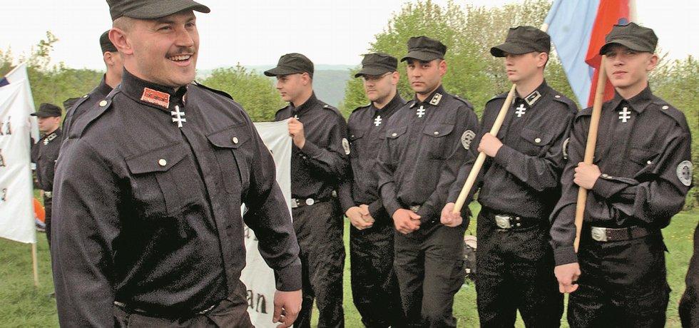 Šéf strany Naše Slovensko Marian Kotleba se před lety rád ukazoval v uniformě, která hodně připomínala stejnokroj Hlinkovy gardy