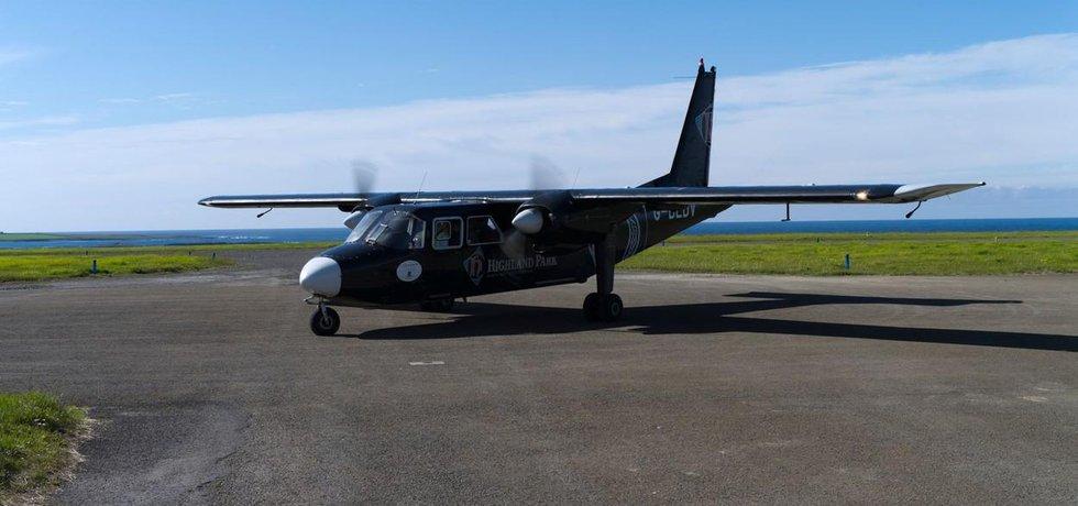 Letadlo Britten-Norman Islander společnosti Loganair na ostrově Papa Westray v Orknejském soustroví