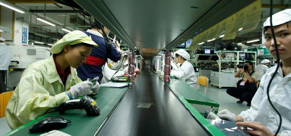 Dělníci montují elektroniku v asijské továrně firmy Foxconn. Foxconn je jedním z hlavních dodavatelů Applu.